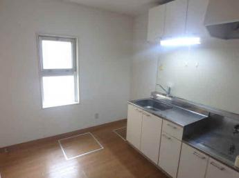2口コンロ設置可のキッチンです。窓があるので換気も出来ますね
