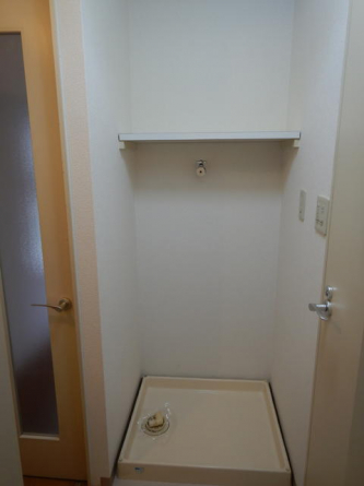 室内洗濯機置き場です。上段に棚もあり洗剤等の整理が出来ますね