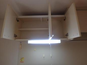 キッチン上部の収納棚です。