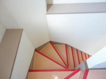 三階から二階への階段