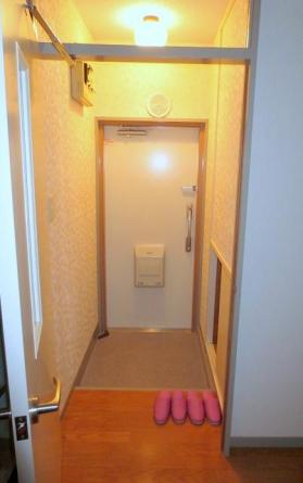 下駄箱付 安心のダブルロックの玄関扉です