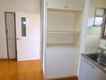 キッチン横に 便利な食器棚付