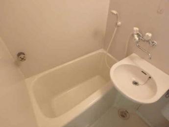鏡がある給湯式のお風呂です