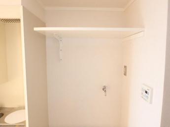 洗濯機置場上部に棚があり、洗剤や小物が置けます