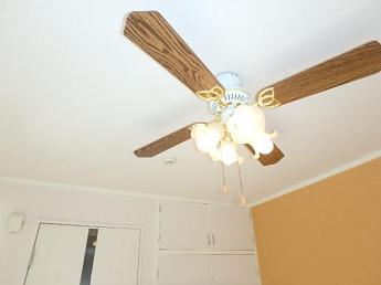 照明、シーリングファンが付いていますのでエアコンの風を効率的に循環出来ます。