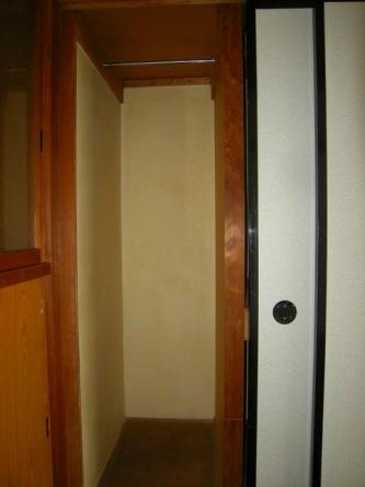 押入れ部分の左側は洋服掛け(コートが掛けられます)