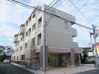 4階建て鉄筋コンクリート造、エントランスオートロック付き。