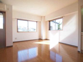 10帖洋室、エアコン付き。リフォーム前の為、下のお部屋の写真です。