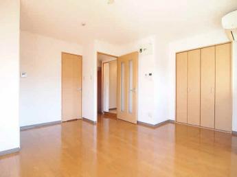洋室、クローゼット付き。リフォーム前の為、下のお部屋の写真です。
