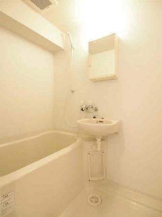 洗面台付きバスルーム、給湯。リフォーム前の為、下のお部屋の写真です。