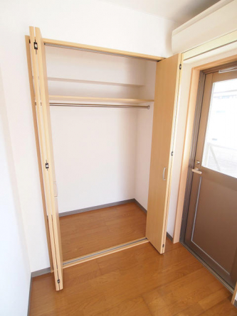 洋室クローゼット。リフォーム前の為、下のお部屋の写真です。
