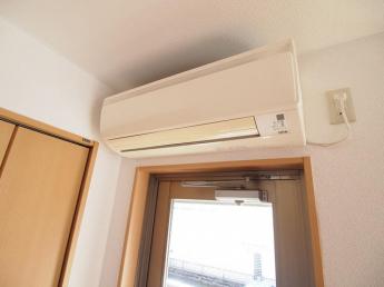 洋室エアコン。リフォーム前の為、下のお部屋の写真です。