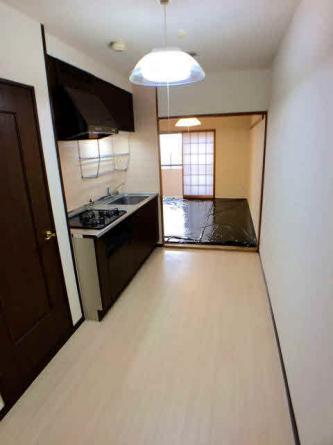 キッチンから南側の和室を撮影