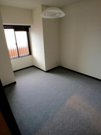 北側の6畳の洋室です 窓から心地よい風が入ります