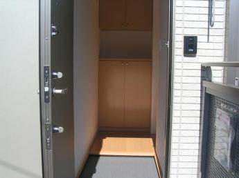 シューズボックスもあり、モニター付インターホンで、防犯も安心