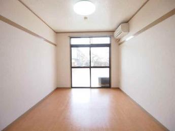 6帖洋室、現在居室照明は付いておりません。ご注意ください。