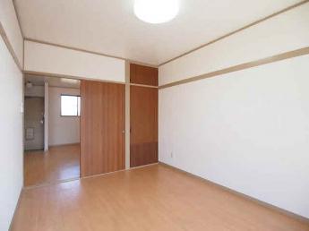 洋室、クローゼット付き。現在居室照明は付いておりません。ご注意ください。