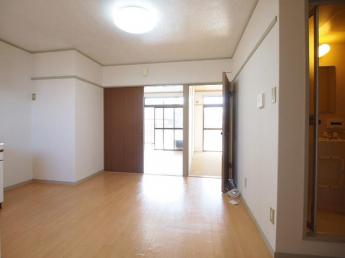 7.5帖ダイニングスペース。現在居室照明は付いておりません。ご注意ください。