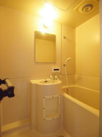 追い焚き機能の洗面台付きバスルーム。