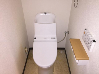 ウォシュレット付きトイレ。ふたはオート開閉します