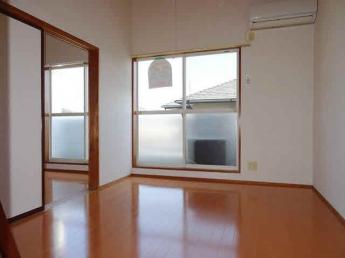 洋室6帖、天井が高く開放的です。