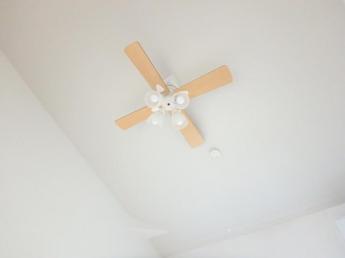 空気を効率的に循環し冷暖房効率を高めてくれるシーリングファンです。