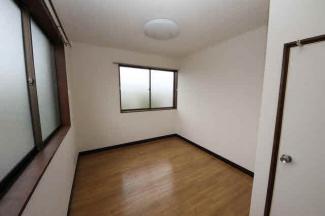 窓が2ヶ所あり気持ちの良い洋室です
