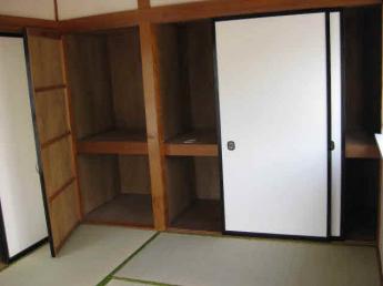 和室には押入れ、収納があり、沢山入りますよ