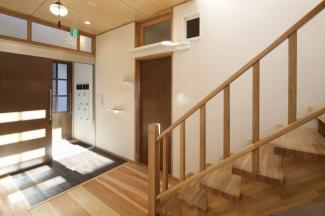 建物玄関、風除室とシューズボックスです。靴を脱いで各お部屋へ