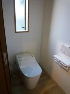 トイレにも窓を設置し、ゆったりとした造りに