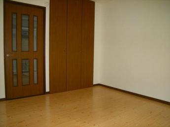居室、正面の扉が収納です