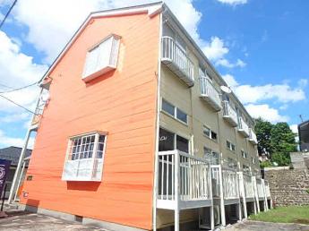 オレンジの外壁で明るい外観です