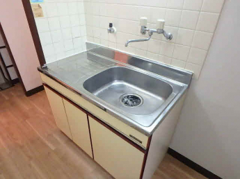 下部収納があり調理道具の収納が出来るキッチンです
