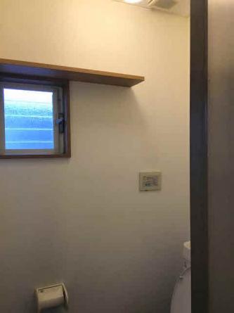 トイレ上部には窓と棚があります