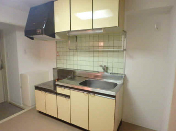 上部収納付きのキッチンです(参考写真)