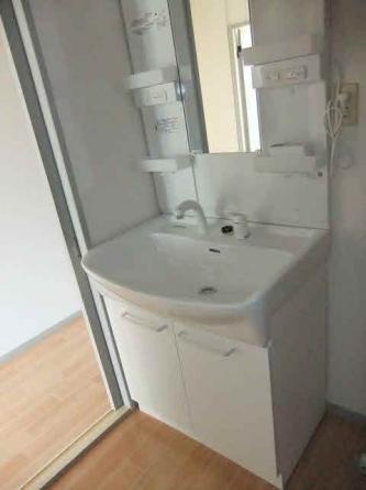 洗面脱衣所、同様の洗面台つき
