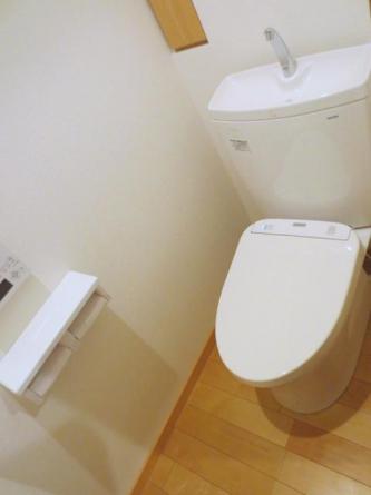 暖房洗浄便座付 何かと便利な小物収納もあり