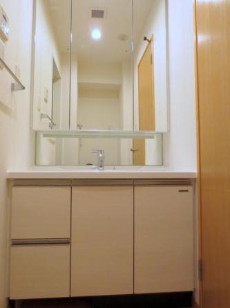 洗面化粧台三面鏡タイプ&シャワー水洗付の洗面化粧台
