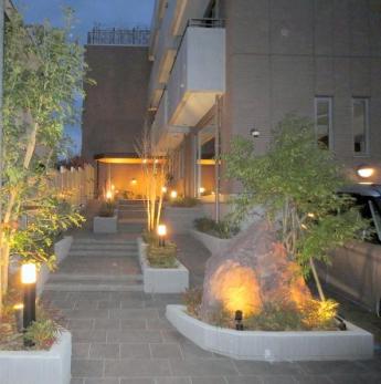 夜のエントランスアプローチ  ゆったり階段とスロープです