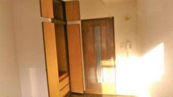 クローゼット(写真左側)は天井部まで在り容量が大きいです