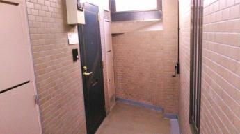 分譲マンションらしい重厚感のある玄関扉
