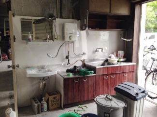 給湯器流し台他 設備保証なし。撤去可