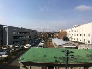バルコニーから西側を撮影 西側にも大きな建物がなく見晴らしが良いです