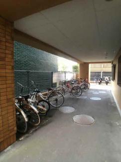 自転車置き場は屋根の下なので自転車の痛みも少なくて済みそうです