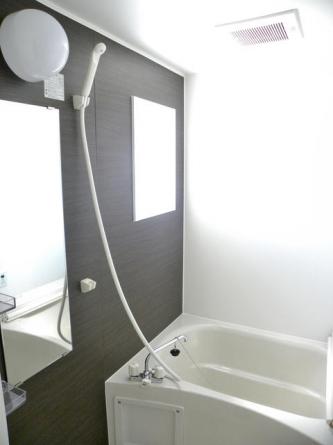 高級感のある浴室、給湯器は追炊き給湯器付。