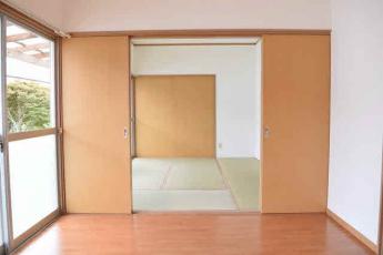 洋室6畳(東側)から和室6畳(西側)に向かって撮影。