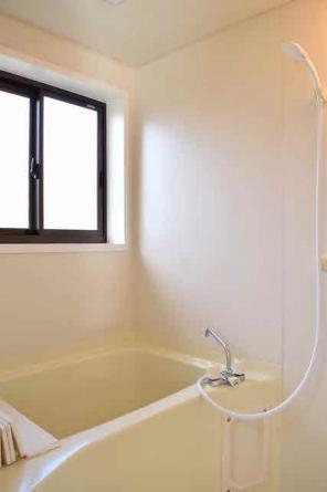 追い炊き機能付きバスルームには窓がついてます。
