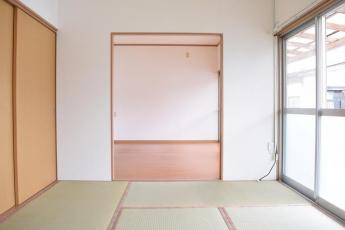和室6畳(西側)から洋室6畳(東側)に向かって撮影。
