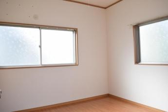 洋室4.5畳。腰窓が2面