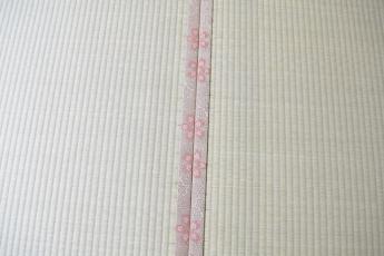 畳のヘリのアップ。桜の花びら模様が合ってます